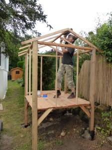 Construction en cours de la cabane par Natacha