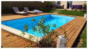 Terrasse en pin bombé avec la piscine au milieu