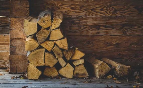 Petite pile de bûches en bois